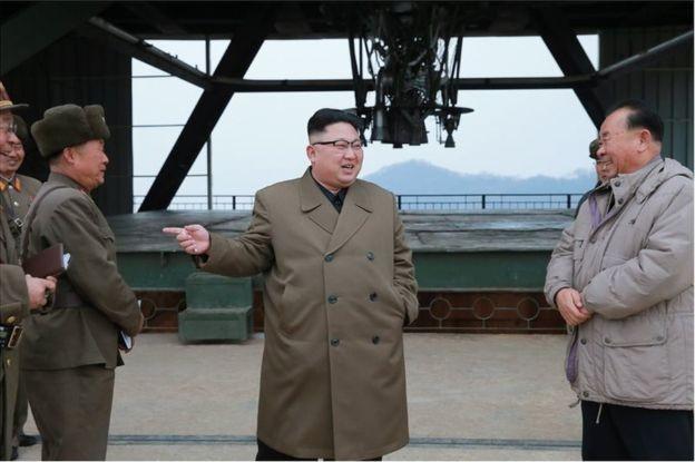 Bức ảnh ông Kim Jong-un cõng 'người lạ mặt' gây xôn xao - ảnh 3