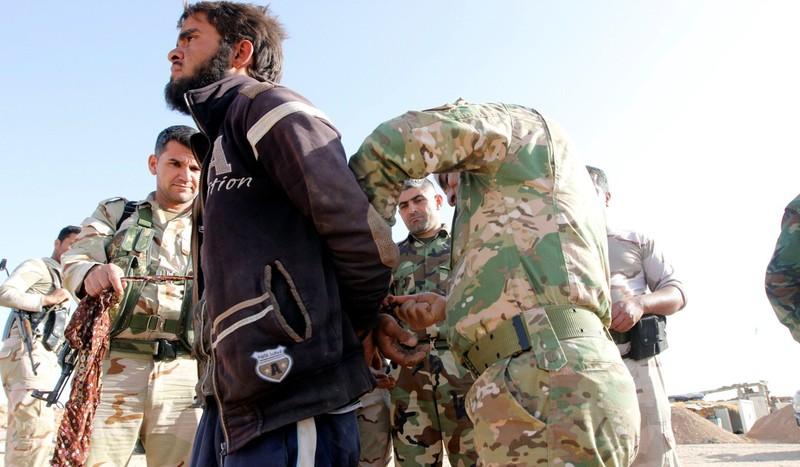1.000 chiến binh IS tự 'nộp mình' cho liên quân Mỹ - ảnh 2