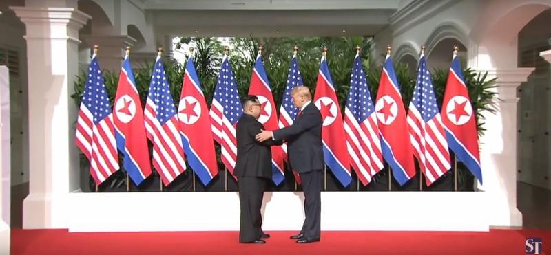 Ông Trump, ông Kim có màn bắt tay lịch sử trong 12 giây - ảnh 1