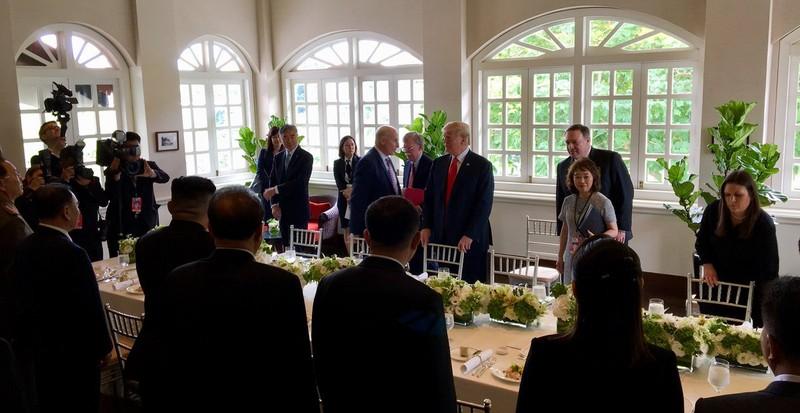 Ông Trump, ông Kim bắt đầu ăn trưa - ảnh 2