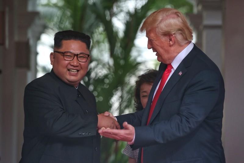 Ông Trump, ông Kim có màn bắt tay lịch sử trong 12 giây - ảnh 3