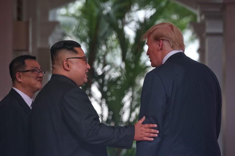 Ông Trump, ông Kim có màn bắt tay lịch sử trong 12 giây - ảnh 4
