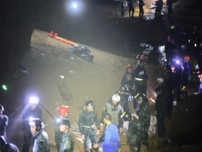 Vì sao các cầu thủ đội bóng Thái phải nằm cáng khi rời hang? - ảnh 5