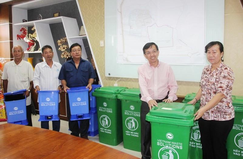 VWS tặng 381 thùng rác cho xã Đa Phước - ảnh 1