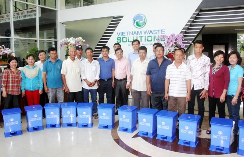 VWS tặng 381 thùng rác cho xã Đa Phước - ảnh 2