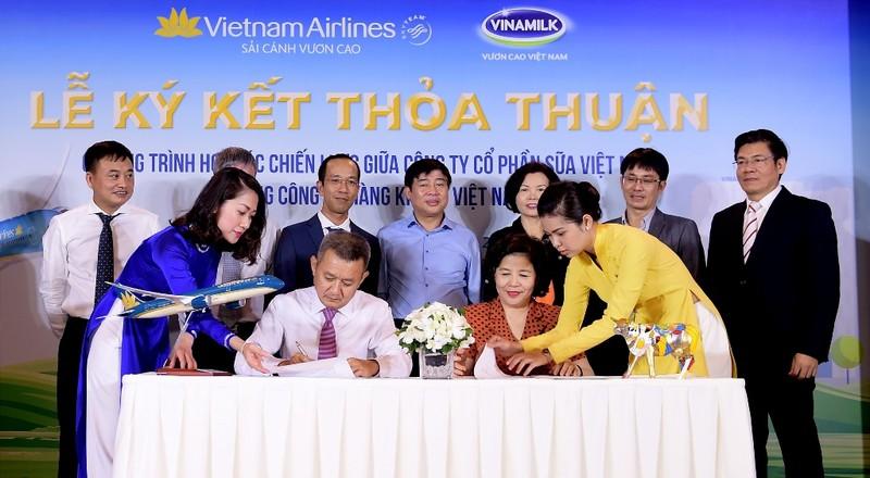 Vietnam Airlines và Vinamilk ký hợp tác chiến lược - ảnh 1