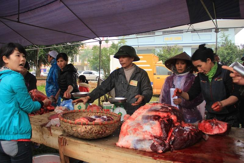 Nườm nượp người mua thịt trâu chọi gần triệu bạc một ký - ảnh 1