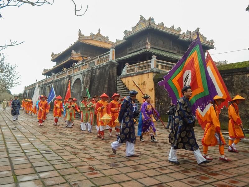Dựng cây nêu đón tết tại hoàng cung Huế - ảnh 1