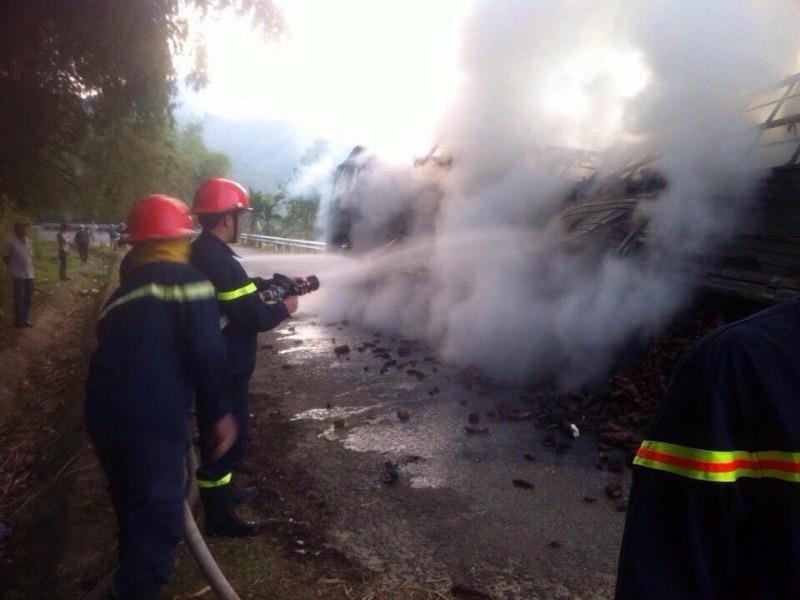 Xe tải cháy trên đèo Violắc  - ảnh 1