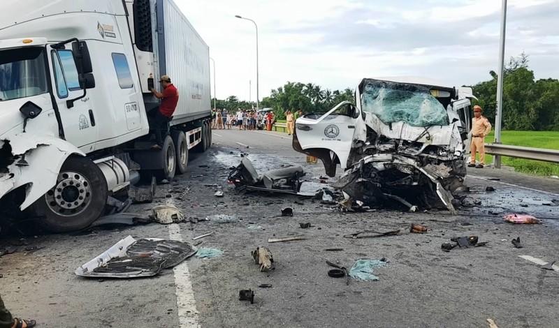 Hiện trường vụ tai nạn thảm khốc khiến 13 người tử vong - ảnh 1