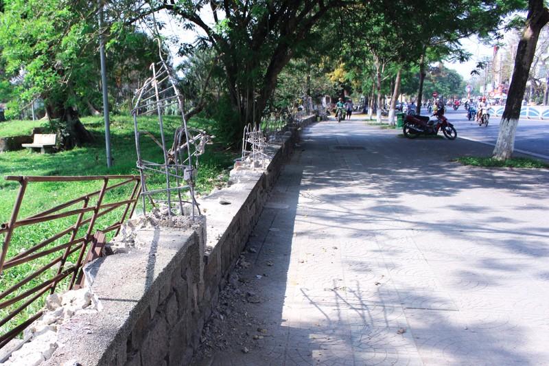 Huế: Phá  hàng rào công viên, mở rộng vỉa hè - ảnh 1