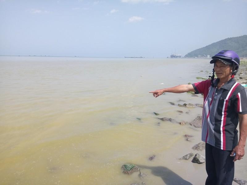 Xuất hiện dải nước màu vàng gây ngứa tại cảng Chân Mây - ảnh 1