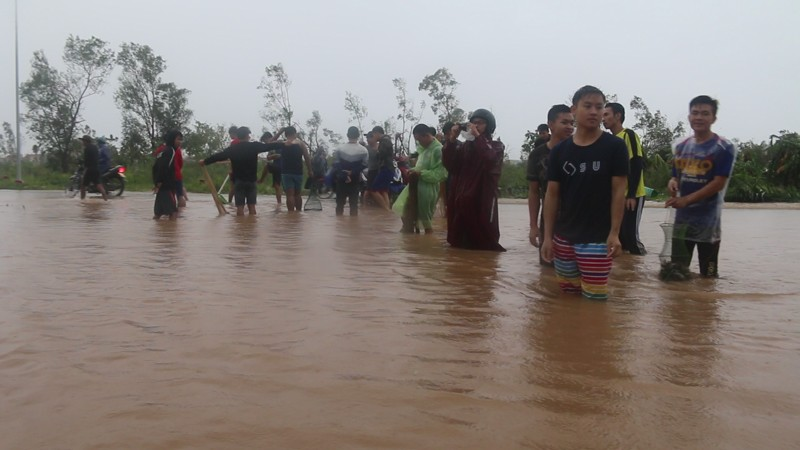 Sau bão số 10, dân Quảng Bình quăng chài giữa phố  - ảnh 1
