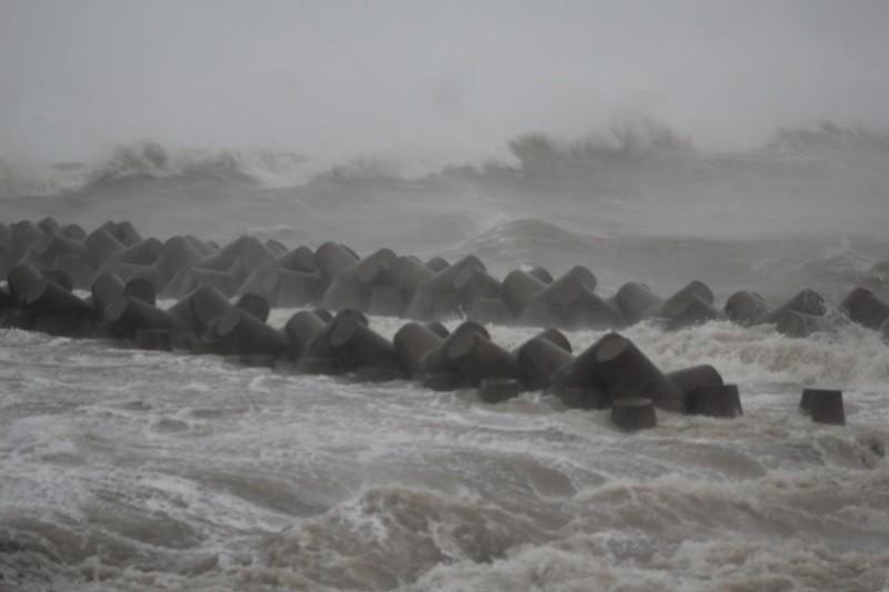 Bão số 10 đang tiến gần vào bờ biển Nghệ An-Quảng Trị - ảnh 4