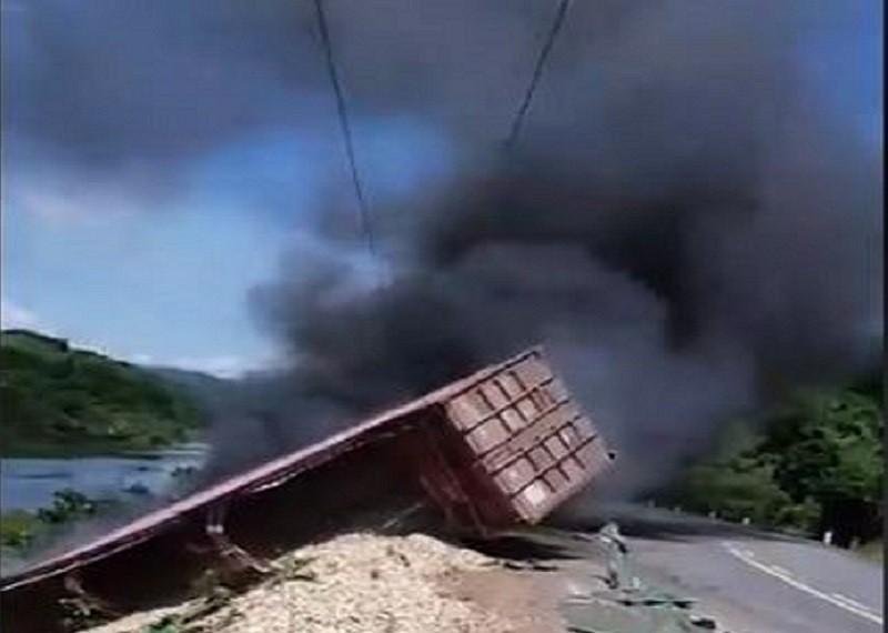 Container lao xuống vực, bốc cháy dữ dội - ảnh 1