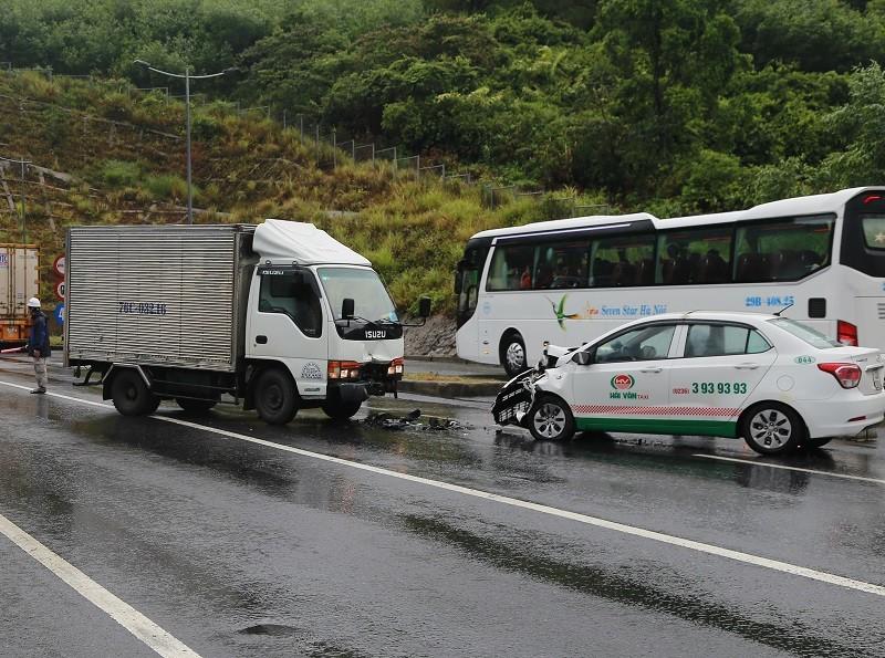 Taxi va chạm với xe tải, 3 người bị thương - ảnh 1