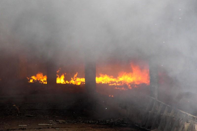 Nhà xưởng cháy dữ dội, người dân giúp di dời tài sản - ảnh 4