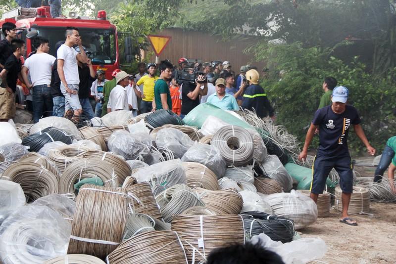 Nhà xưởng cháy dữ dội, người dân giúp di dời tài sản - ảnh 6