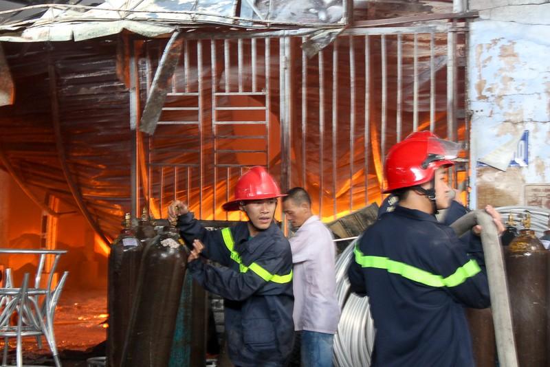 Nhà xưởng cháy dữ dội, người dân giúp di dời tài sản - ảnh 10