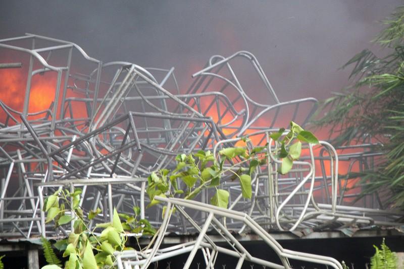 Nhà xưởng cháy dữ dội, người dân giúp di dời tài sản - ảnh 9