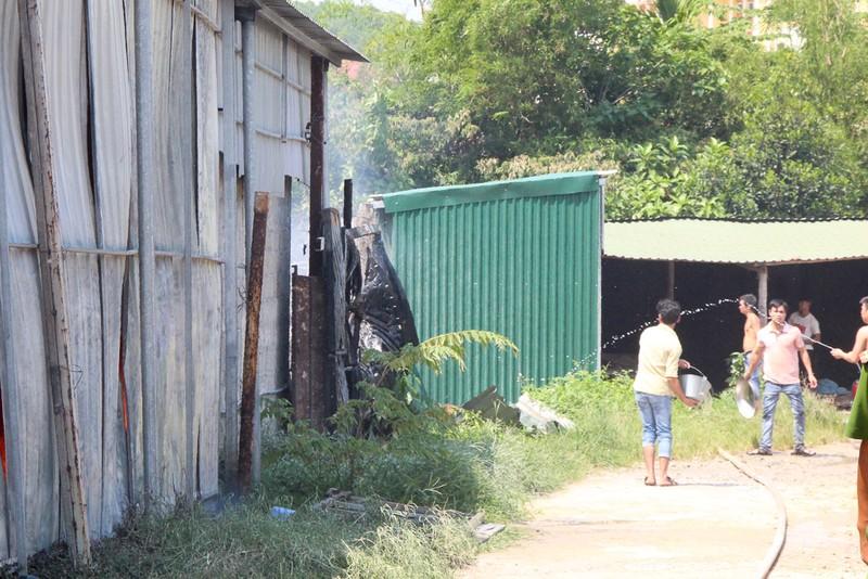 Nhà xưởng cháy dữ dội, người dân giúp di dời tài sản - ảnh 2