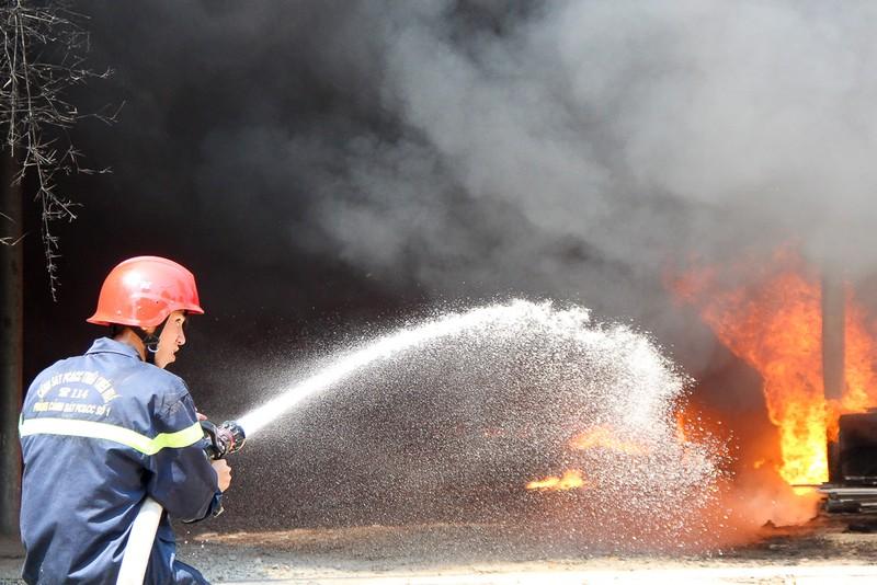 Nhà xưởng cháy dữ dội, người dân giúp di dời tài sản - ảnh 5