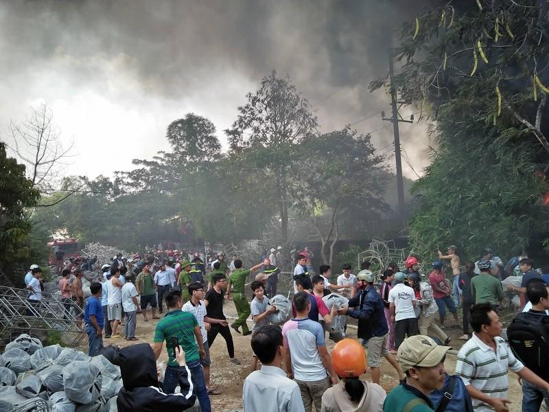 Nhà xưởng cháy dữ dội, người dân giúp di dời tài sản - ảnh 8