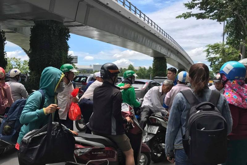 Người dân bực bội vì 'dính' kẹt xe một số tuyến đường ở TP.HCM - ảnh 2