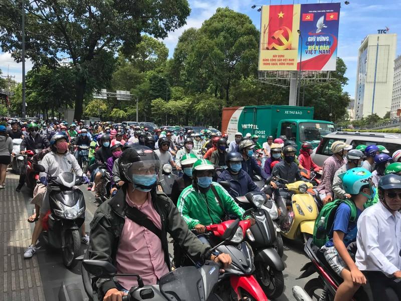 Người dân bực bội vì 'dính' kẹt xe một số tuyến đường ở TP.HCM - ảnh 1