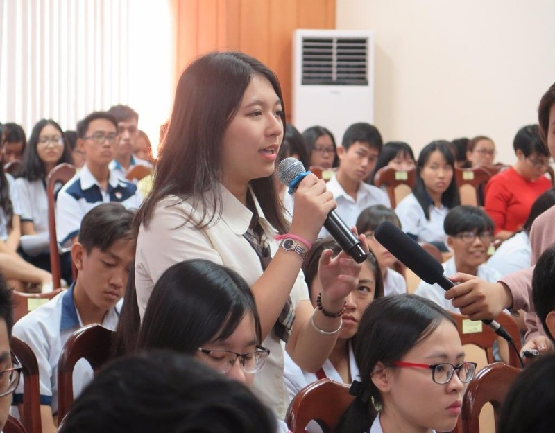 Một học sinh bày tỏ ý kiến với lãnh đạo Sở GD&ĐT TP tại buổi đối thoại