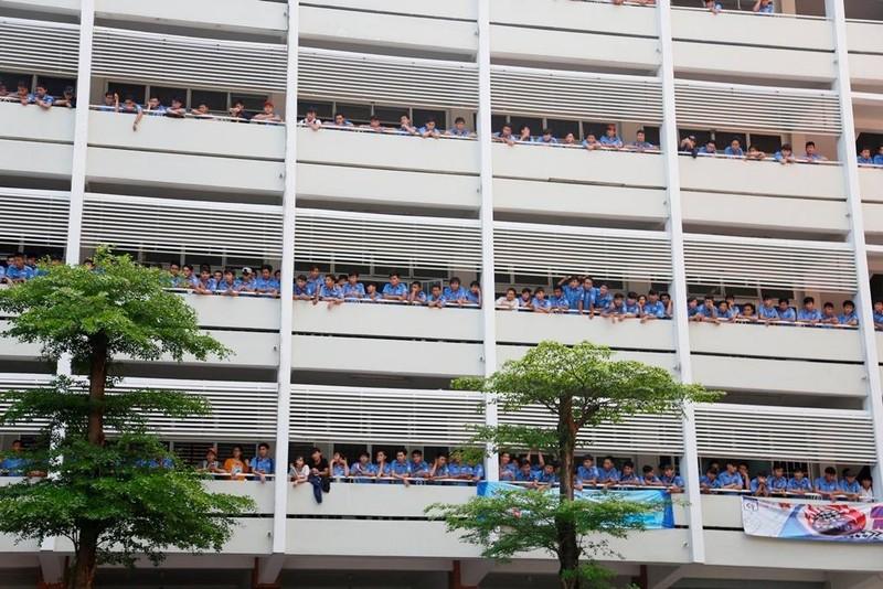 hàng trăm sinh viên đứng trên các tầng lầu theo dõi cuộc thi