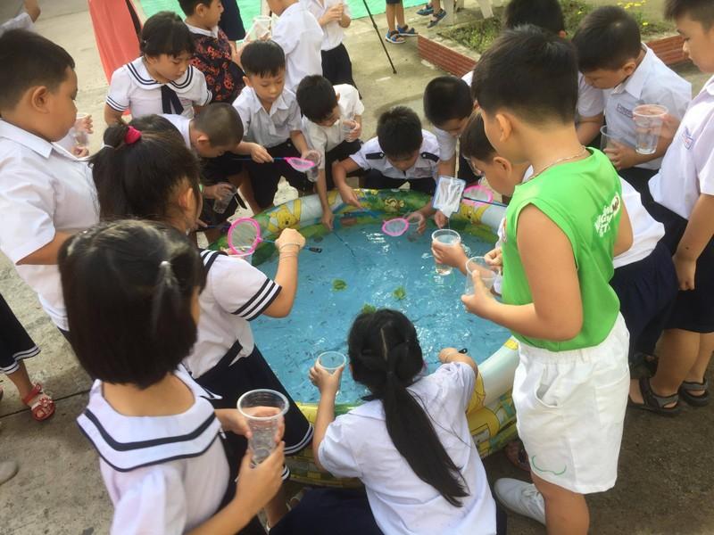 Trẻ tiểu học 'thay áo' cho rác thải tái chế - ảnh 5
