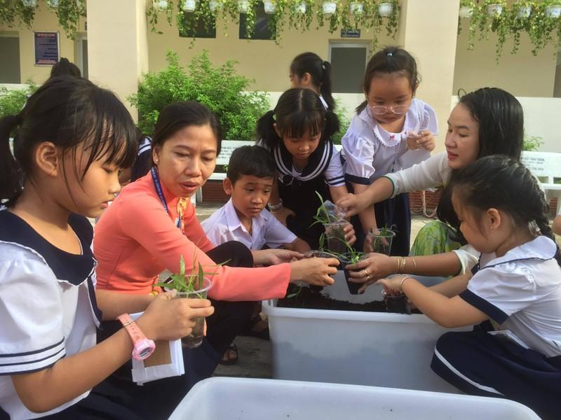 Trẻ tiểu học 'thay áo' cho rác thải tái chế - ảnh 7