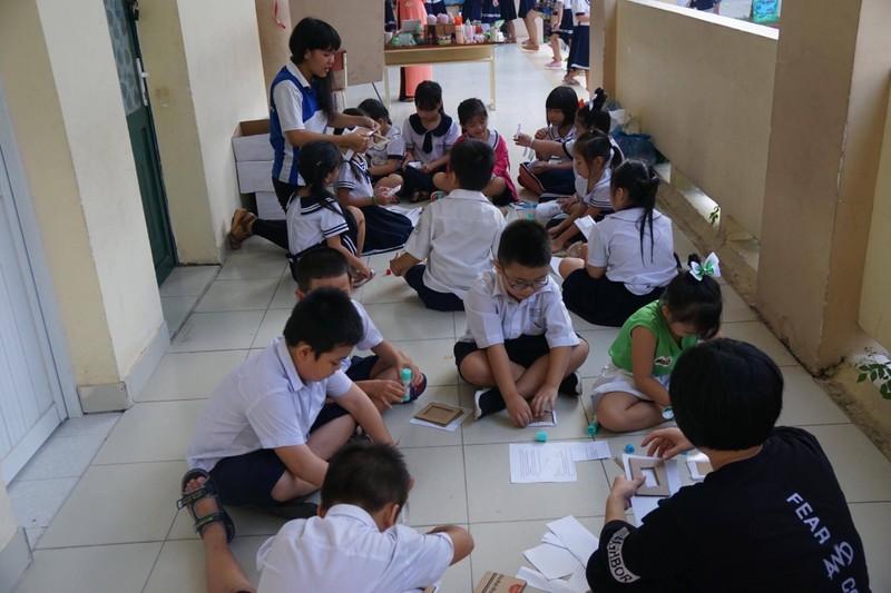 Trẻ tiểu học 'thay áo' cho rác thải tái chế - ảnh 2