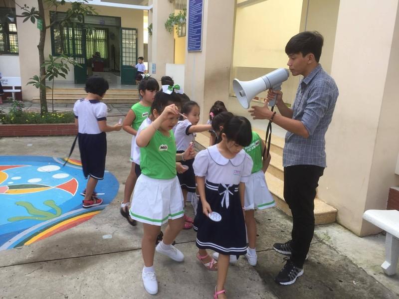 Trẻ tiểu học 'thay áo' cho rác thải tái chế - ảnh 1