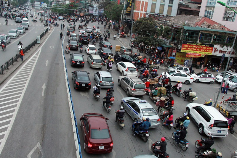 Nơi thông thoáng nơi chật hẹp do dải phân cách cứng BRT - ảnh 2