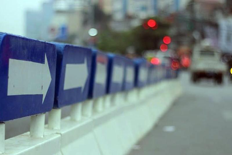 Nơi thông thoáng nơi chật hẹp do dải phân cách cứng BRT - ảnh 3