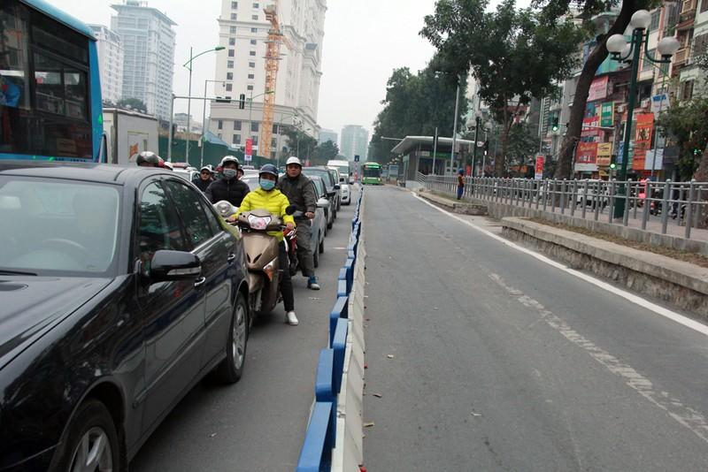 Nơi thông thoáng nơi chật hẹp do dải phân cách cứng BRT - ảnh 4