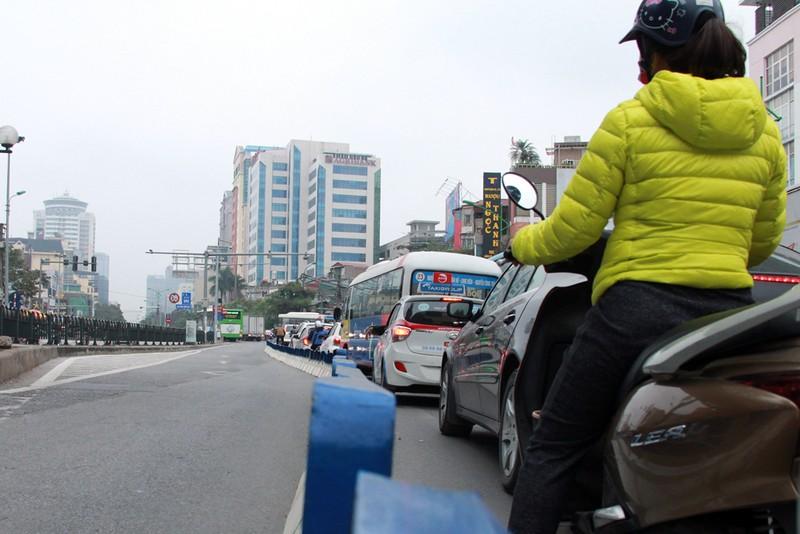 Nơi thông thoáng nơi chật hẹp do dải phân cách cứng BRT - ảnh 5