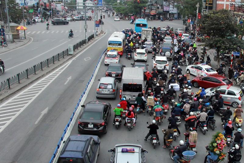 Nơi thông thoáng nơi chật hẹp do dải phân cách cứng BRT - ảnh 6