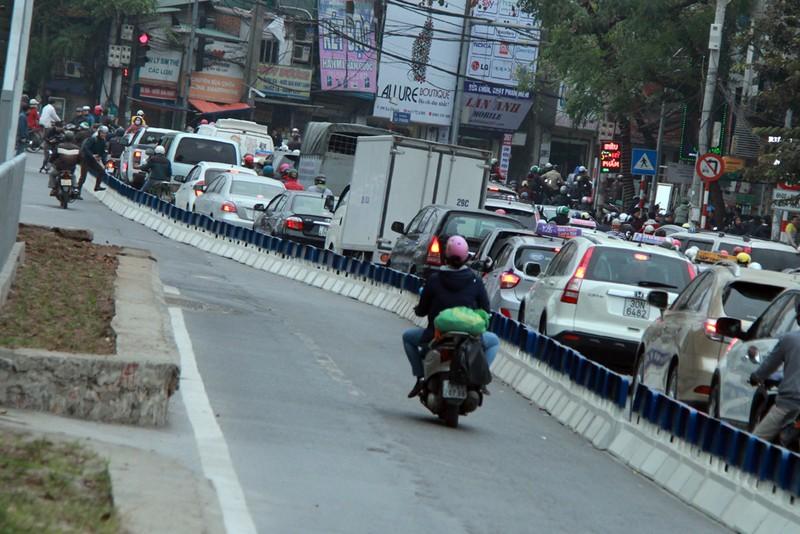 Nơi thông thoáng nơi chật hẹp do dải phân cách cứng BRT - ảnh 9