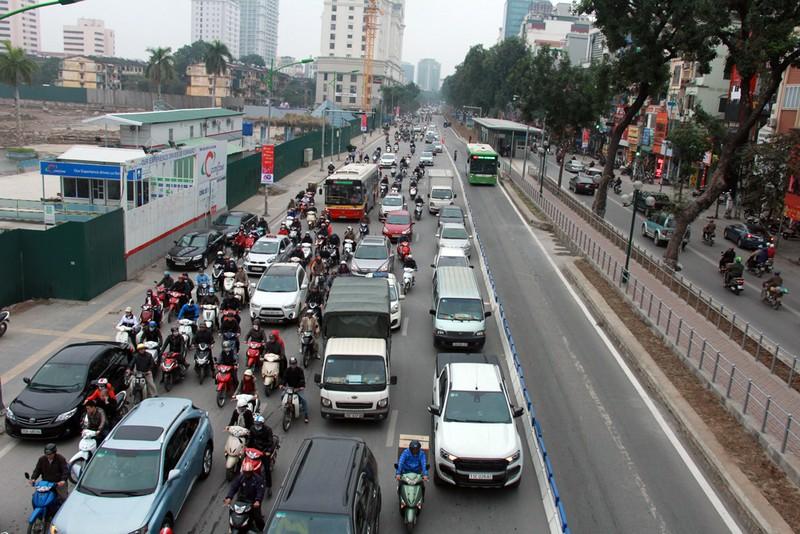 Nơi thông thoáng nơi chật hẹp do dải phân cách cứng BRT - ảnh 1