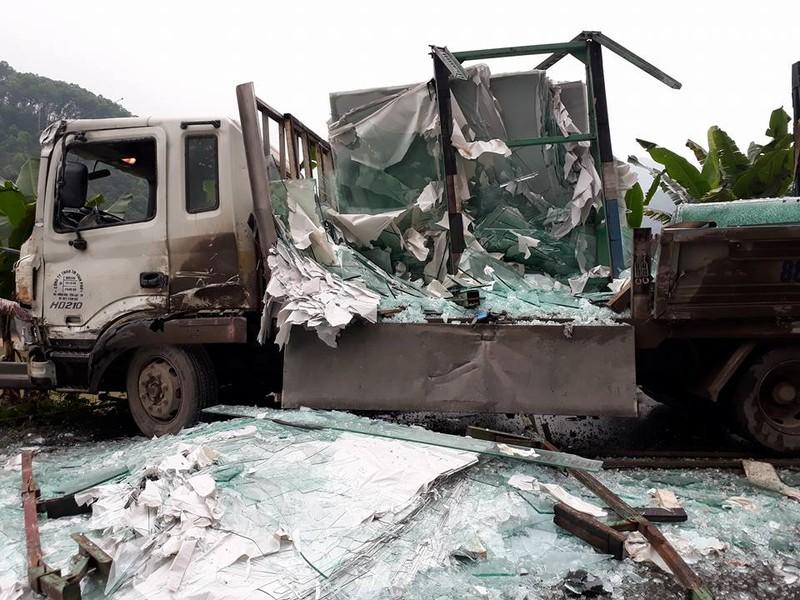 Ô tô khách va xe chở kính, 5 người bị thương     - ảnh 1