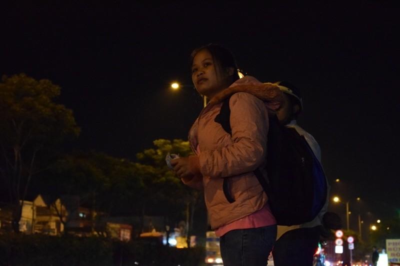 Trắng đêm đợi những chuyến xe về quê ăn Tết - ảnh 2