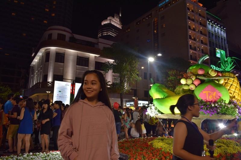 Chùm ảnh: Dân nô nức về đường hoa Nguyễn Huệ  - ảnh 9