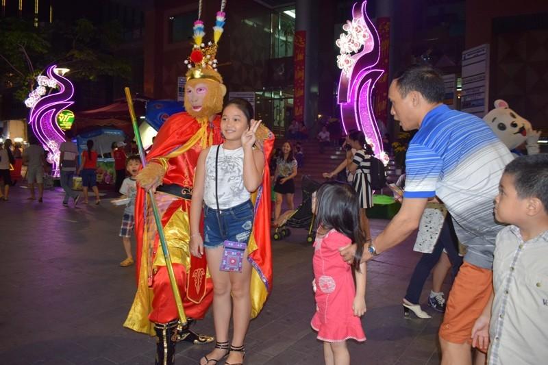 Tôn Ngộ Không đại náo đường hoa Nguyễn Huệ ngày đầu năm - ảnh 11