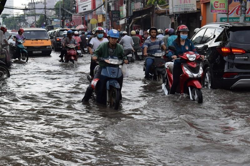 Ngập nặng đường hóa sông, hàng trăm xe chết máy la liệt - ảnh 7