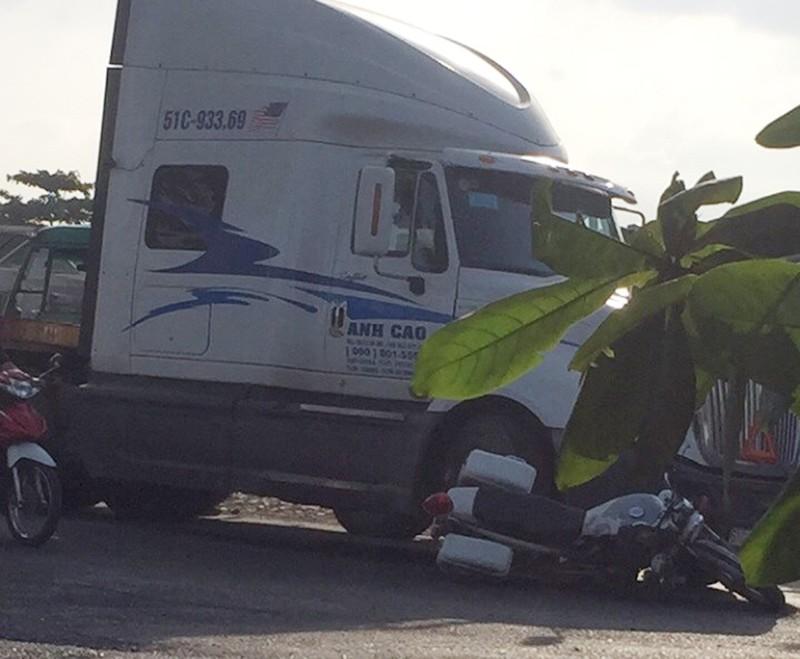 Tài xế xe container nhấn ga tông hỏng xe CSGT ở quận 9 - ảnh 1