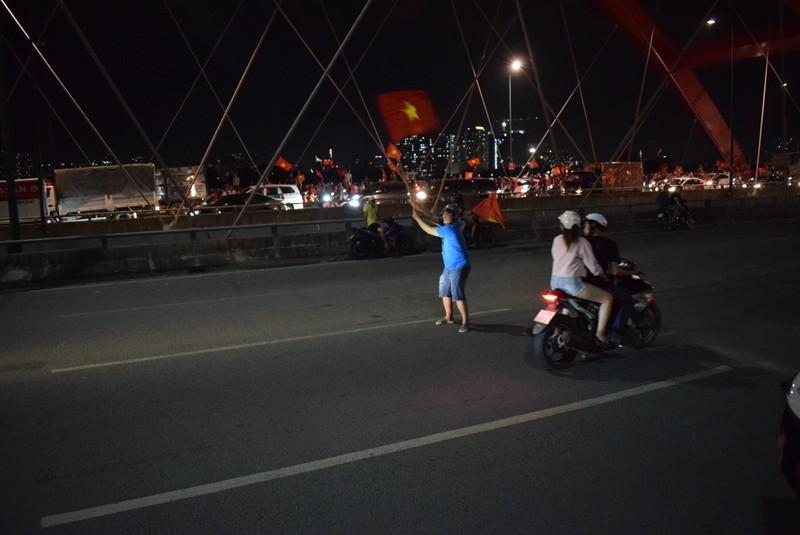 Ngàn lẻ một kiểu đi bão có một không hai của CĐV Việt Nam - ảnh 2