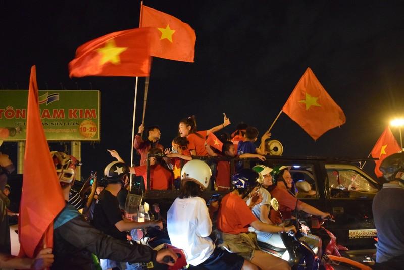 Ngàn lẻ một kiểu đi bão có một không hai của CĐV Việt Nam - ảnh 4